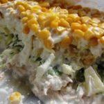 Салат из курицы с ананасами, яйцом и кукурузой