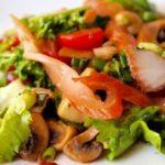 Салат с куриным филе и с овощами
