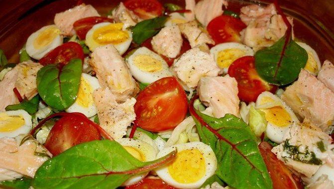 Салат с отварным лососем