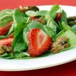 Салат из шпината с клубникой и орехами