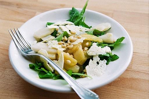 Грушевый салат с рукколой и овечьим сыром